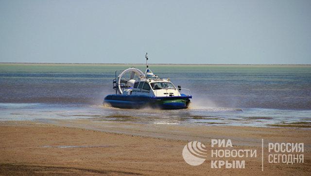 Пограничный сторожевой катер на воздушной подушке, патрулирующий границу России и Украины вдоль залива Сиваш