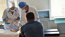 Украинские врачи накладывают повязки в больнице Киева. Архивное фото