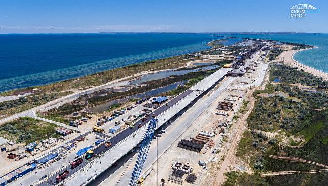 На Крымском мосту начали укладывать первый асфальт