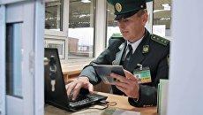 Сотрудник пограничной службы Украины на пункте пропуска. Архивное фото