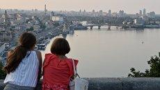 Горожане любуются на Днепр и Подольский район со смотровой площадки в Киеве