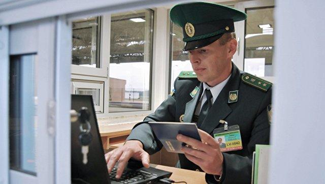 Сотрудник пограничной службы Украины на пункте пропуска