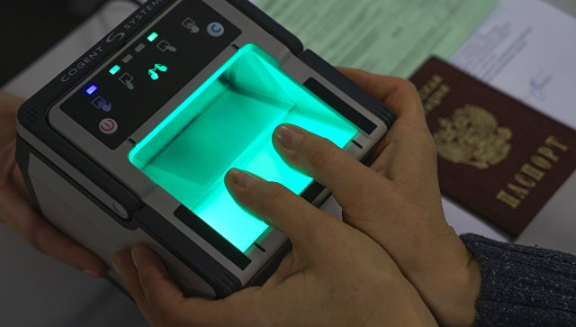 Демонстрация процедуры снятия биометрических данных в визовом центре. Архивное фото