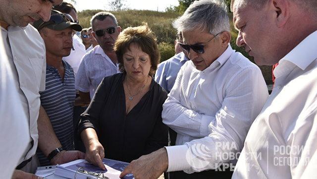 Замминистра экономического развития России Сергей Назаров (второй справа) посетил крепость Керчь
