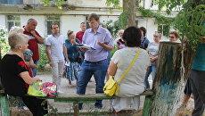 Активисты ОНФ в Крыму проверили состояние аварийного дома и ход строительства нового жилья в поселке Гвардейское
