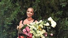 Балерина Анастасия Волочкова с цветами, подаренными во время выступления в Феодосии