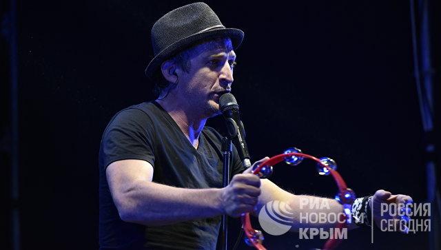 Солист группы Ундервуд Максим Кучеренко на концерте в рамках винно-гастрономического фестиваля In Vino Veritas в Коктебеле