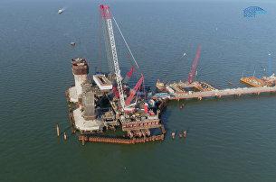 Монтаж фарватерных опор, которые примут на себя судоходные и арочные пролеты моста через Керченский пролив