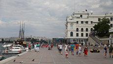 Жители Севастополя прогуливаются по городской набережной