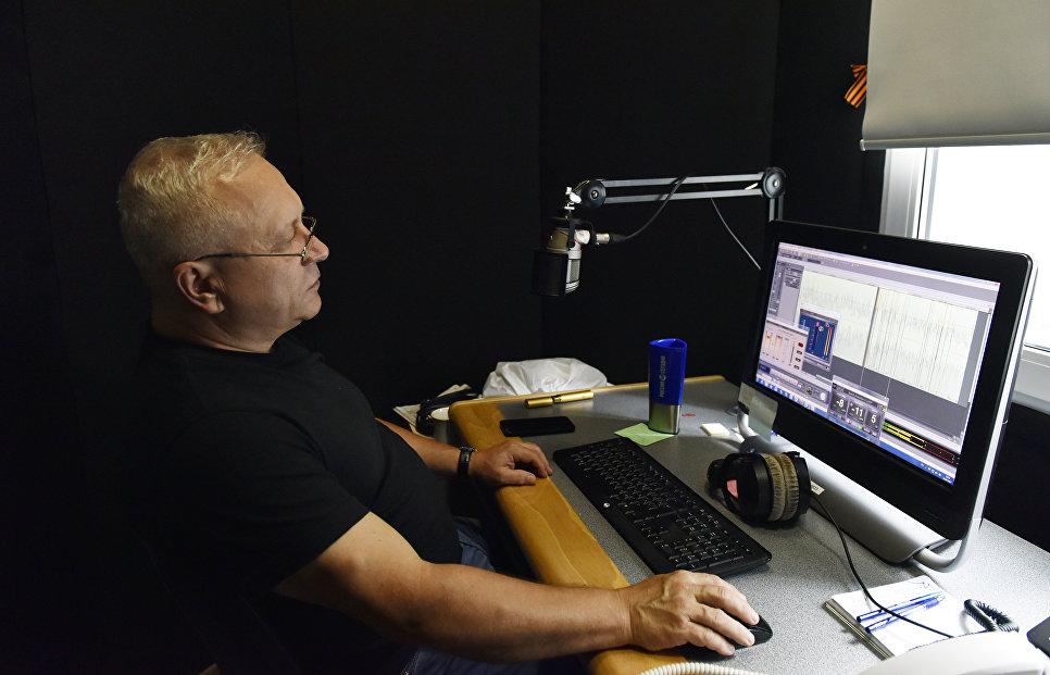 Звукорежиссер радио Спутник в Крыму Семен Чудак за работой