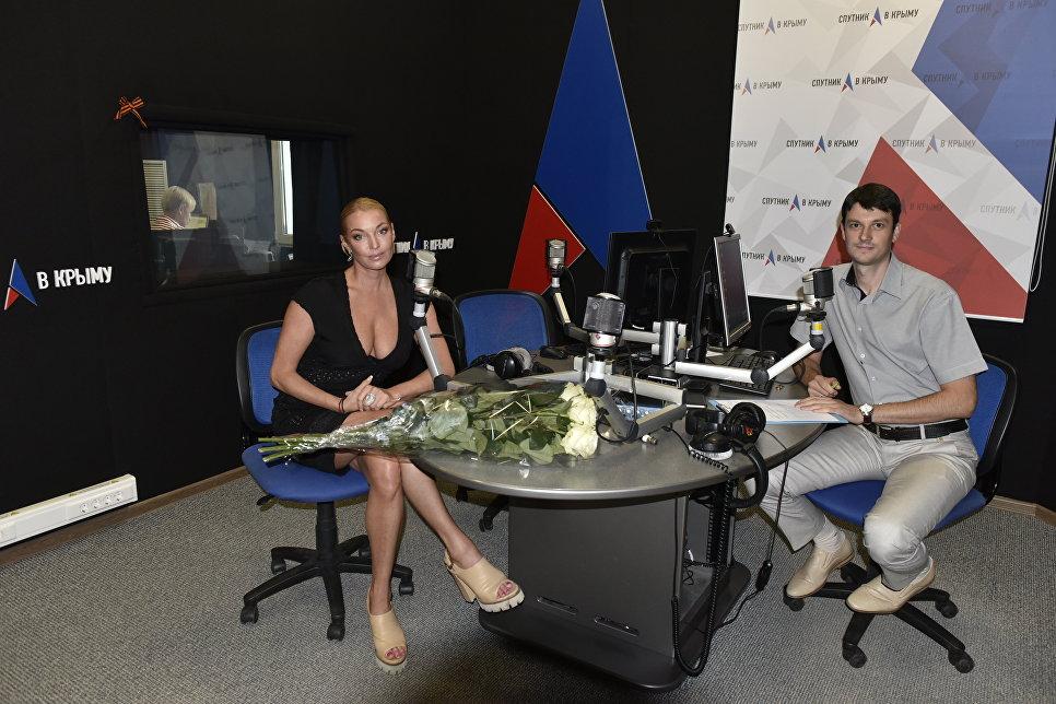 Российская балерина, танцовщица и общественный деятель Анастасия Волочкова и обозреватель Андрей Матюхин в студии радио Спутник в Крыму