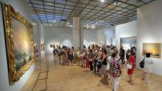 Посетители на выставке Иван Айвазовский. К 200-летию со дня рождения в Третьяковской галерее