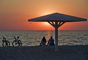 Отдыхающие на пляже на берегу Черного моря в поселке Оленевка на мысе Тарханкут в Крыму. Архивное фото