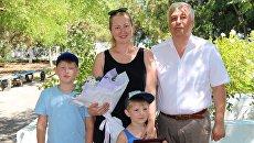 Екатерина Анциферова с сыновьями и генеральным директором ООО Морская дирекция Сергеем Якушевым