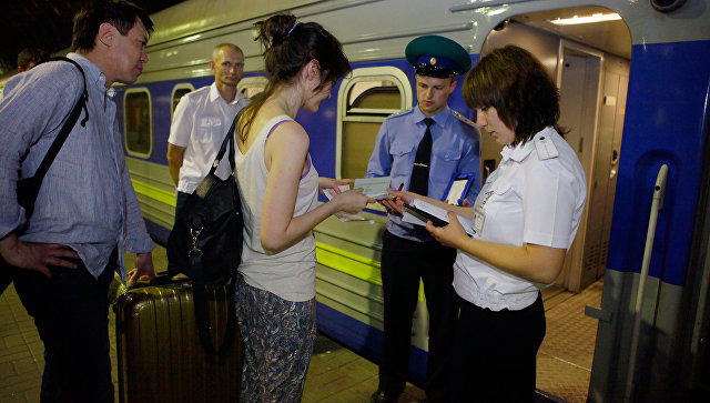 Пассажиры поезда на киевском вокзале