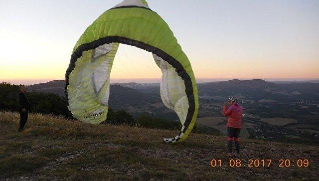 Спасение парапланериста, который зацепился парашютом за дерево на высоте 25 метров