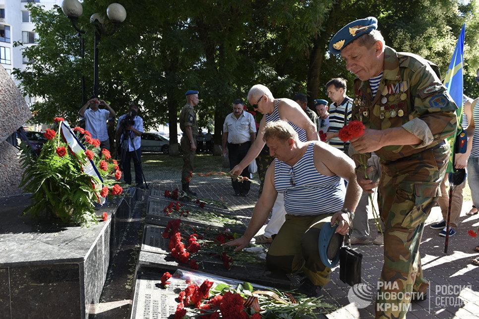 Возложение цветов к памятнику воинам-интернационалистам, погибшим в Афганистане, в честь Дня ВДВ в Симферополе
