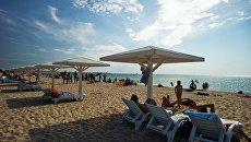 Отдыхающие на пляже в поселке Оленевка на мысе Тарханкут