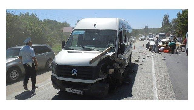 ДТП на трассе Симферополь-Севастополь с участием автомобиля ВАЗ-2106 и микроавтобуса Volkswagen Crafter