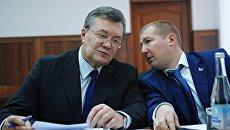 Бывший президент Украины Виктор Янукович и адвокат Виталий Сердюк во время допроса в режиме видеосвязи. Архивное фото