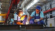 Рабочие на судостроительном заводе Море в Феодосии