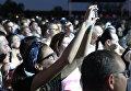 Зрители во время выступления группы СерьГа на концерте в рамках музыкального фестиваля ZBFest в Балаклаве (Севастополь)