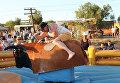 Мужчина на аттракционе Механический бык-родео, установленном на территории музыкального фестиваля ZBFest в Балаклаве (Севастополь)