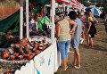 Торговый ряд с сувенирами и товарами мастеров декоративно-прикладного искусства на территории музыкального фестиваля ZBFest в Балаклаве (Севастополь)