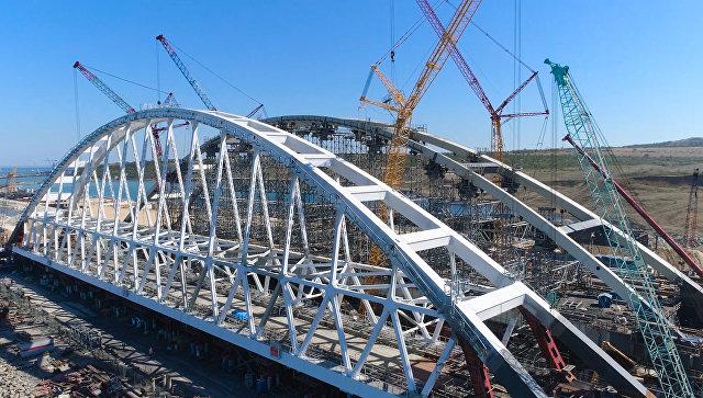 Процесс подготовки к передвижке железнодорожной арки моста в Крым. Съемка с коптера