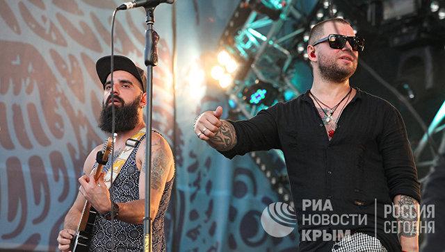 Вокалист группы Градусы Роман Пашков (справа) и гитарист коллектива на концерте в рамках музыкального фестиваля ZBFest в Балаклаве (Севастополь)
