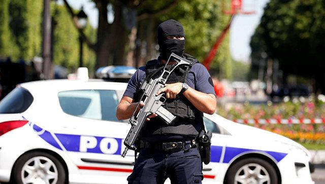 Полицейский в районе Елисейских полей в Париже