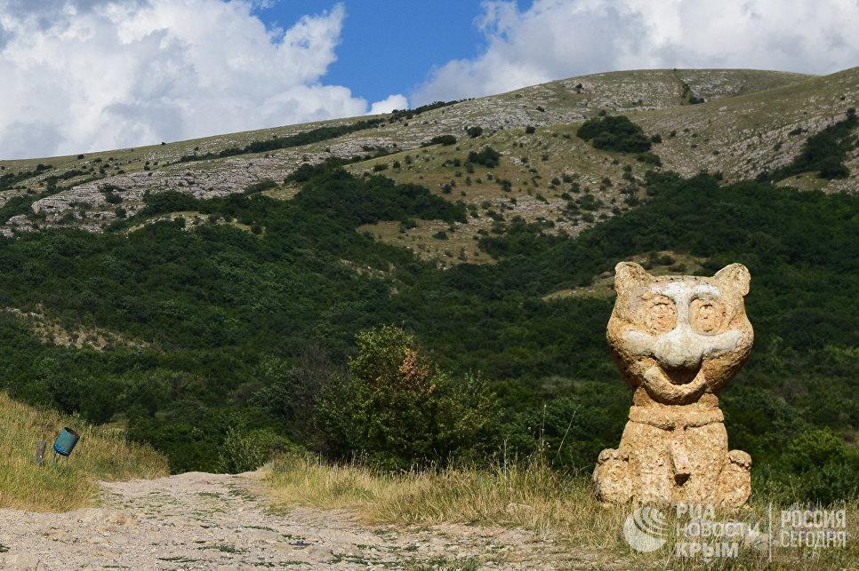 Статуя улыбающегося кота в Сказочной долине красных пещер (Симферопольский район)