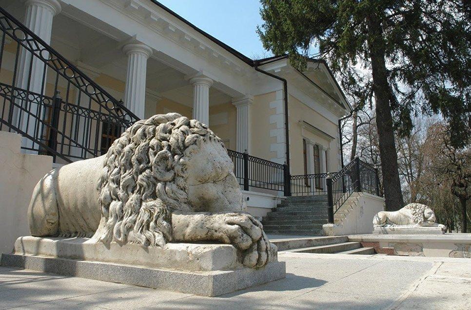Домик со львами в парке КФУ им. В.И. Вернадского в Симферополе