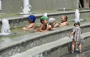 Дети купаются в фонтанах в Екатерининском сквере в Симферополе