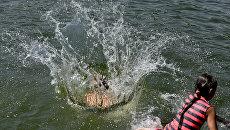 Дети купаются в озере, в районе Радиорынка в Симферополе