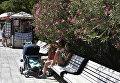 Люди прячутся в тень от дневного зноя в поселке Гурзуф