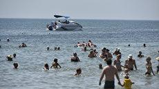 Люди отдыхают на пляже в Евпатории