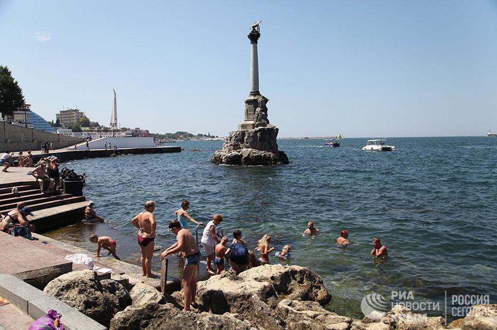 Жители Севастополя купаются на городской набережной