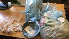 Наркотическое средство спайс, приспособления для приготовления и фасовки наркотика, найденные сотрудниками полиции в домовладении алуштинца
