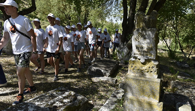 Участники гражданско-патриотического проекта Севастополь - Орел: наш общий рубеж на Старорусском кладбище в Бахчисарае
