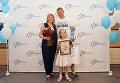 """3-миллионный пассажир аэропорта """"Симферополь"""" Евгений Новичков с семьей"""
