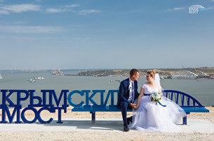 В Керчи установили скамейку Крымский мост