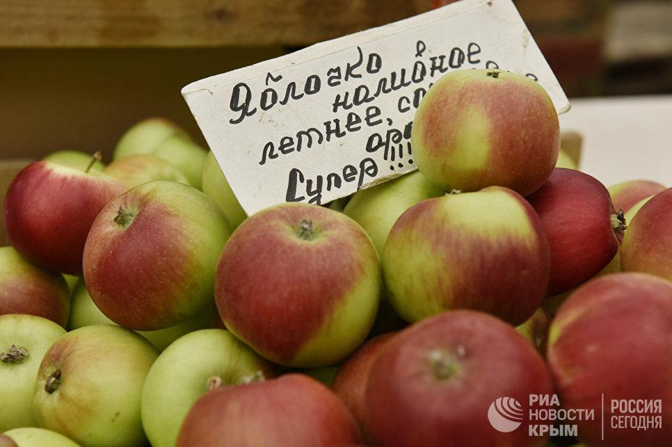 Яблоки на одном из рынков Симферополя