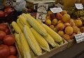 Торговля овощами и фруктами на одном из рынков Симферополя
