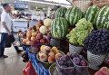 Торговля фруктами на одном из рынков Симферополя