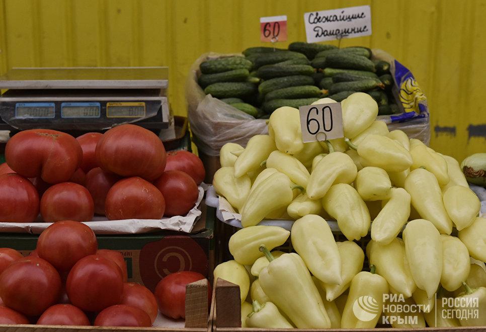 Торговля овощами на одном из рынков Симферополя