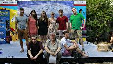 Участники международного молодежного фестиваля Театральный Коктебель. Крайний справа - директор Дома-музея Высоцкого, актер и режиссер Никита Высоцкий