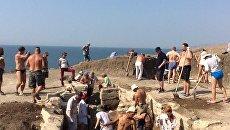 Волонтеры на месте находки мраморной плиты с надписью в античном склепе на некрополе Кыз-Аул на Керченском полуострове