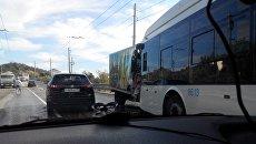 Лобовое столкновение грузового автомобиля Foton и троллейбуса