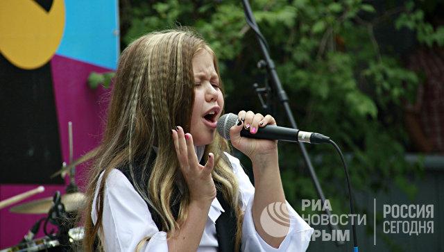Алина Сансызбай, победительница фестиваля Поколение Next, участница четвертого сезона проекта Голос. Дети выступает на Волошинской сцене на Koktebel Jazz Party